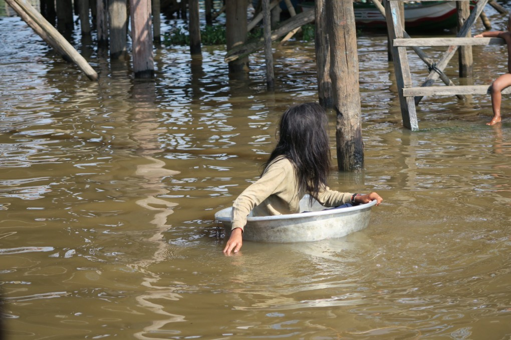 floating_vllage_angkor_fille